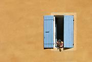 Frankrijk, chalon, 23-8-2016Een man hangt uit het raam van zijn huis om een sigaret te roken .Foto: Flip Franssen