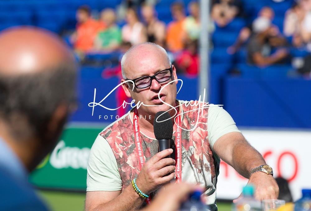 DEN HAAG - Gastcollege in Greenfieldstadium: Rene van der Gijp.<br /> Wat is het verschil tussen voetbal en hockey?Onder leiding van televisie presentatrice Jet Sol zullen Voetbal International presentator en voormalig topvoetballer Rene van der Gijp, bondsdirecteur Johan Wakkie, voormalig top hockeyer Teun de Nooijer en voetbalmakelaar Rob Jansen zich in het bijzijn van 1300 Haagse studenten over deze kwestie uitspreken.FOTO KOEN SUYK<br />