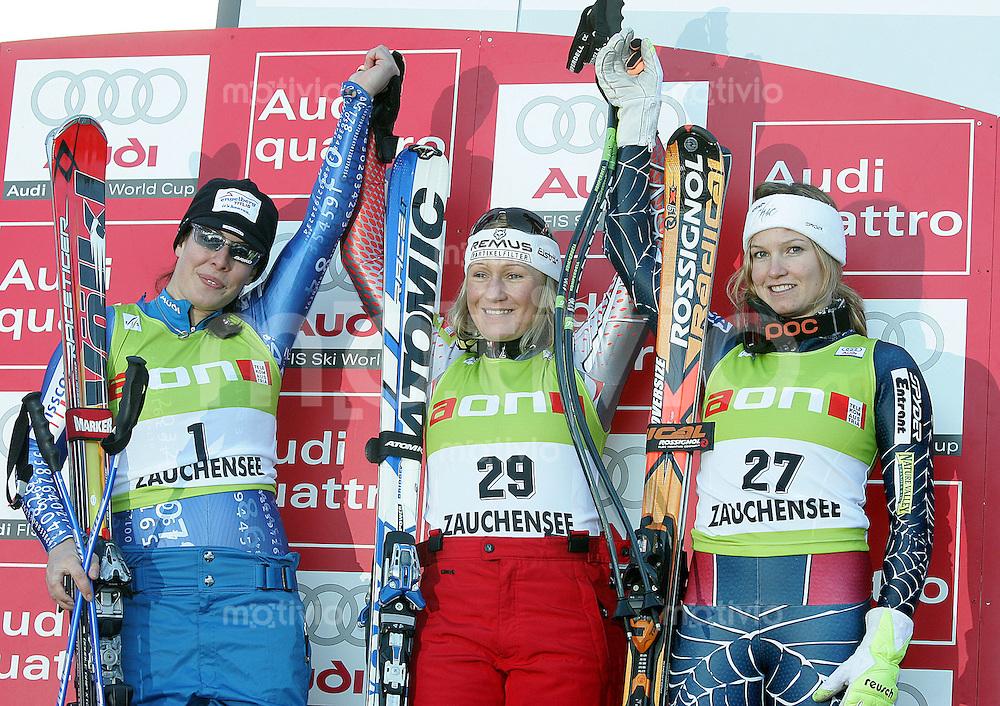 SKI ALPIN Weltcup Saison 2006/2007 Damen Abfahrt in Altenmarkt/Zauchensee Dominique Gisin (SUI), Renate Goetschl (AUT), Julia Mancuso (USA R) am Siegespodest