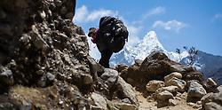 """THEMENBILD - Nepalesicher Trägerim, Hintergrund die Ama Dablam (6814 m). Wanderung im Sagarmatha National Park in Nepal, in dem sich auch sein Namensgeber, der Mount Everest, befinden. In Nepali heißt der Everest Sagarmatha, was übersetzt """"Stirn des Himmels"""" bedeutet. Die Wanderung führte von Lukla über Namche Bazar und Gokyo bis ins Everest Base Camp und zum Gipfel des 6189m hohen Island Peak. Aufgenommen am 11.05.2018 in Nepal // Trekkingtour in the Sagarmatha National Park. Nepal on 2018/05/11. EXPA Pictures © 2018, PhotoCredit: EXPA/ Michael Gruber"""