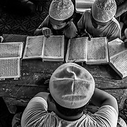 In a place called No man's land, a small stripe between Myanmar and Bangladesh border, youg Rohingyas are studying coran in a madrasa. Since the end of august 2017, the beginning of the crisis, more than 600,000 Rohingyas have fled Myanmar to  seek refuge in Bangladesh. Cox's Bazar -october 25th 2017.<br /> Dans un endroit appelé le No man's land, une petite bande de terre située entre les frontières de la Birmanie et du Bangladesh, des jeunes Rohingyas étudient le coran dans une madrasa. Depuis le début de la crise, fin août 2017, plus de 600000 Rohingyas ont fuit la Birmanie pour trouver refuge au Bangladesh. Cox's Bazar le 25 octobre 2017.