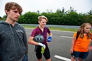 Iris Slappendel (midden) praat met de trainers na een run. Het Human Power Team Delft en Amsterdam (HPT), dat bestaat uit studenten van de TU Delft en de VU Amsterdam, is in Senftenberg voor een poging het laagland sprintrecord te verbreken op de Dekrabaan. In september wil het Human Power Team Delft en Amsterdam, dat bestaat uit studenten van de TU Delft en de VU Amsterdam, tijdens de World Human Powered Speed Challenge in Nevada een poging doen het wereldrecord snelfietsen voor vrouwen te verbreken met de VeloX 7, een gestroomlijnde ligfiets. Het record is met 121,44 km/h sinds 2009 in handen van de Francaise Barbara Buatois. De Canadees Todd Reichert is de snelste man met 144,17 km/h sinds 2016.<br /> <br /> The Human Power Team is in Senftenberg, Germany to race at the Dekra track as a preparation for the races in America. With the VeloX 7, a special recumbent bike, the Human Power Team Delft and Amsterdam, consisting of students of the TU Delft and the VU Amsterdam, also wants to set a new woman's world record cycling in September at the World Human Powered Speed Challenge in Nevada. The current speed record is 121,44 km/h, set in 2009 by Barbara Buatois. The fastest man is Todd Reichert with 144,17 km/h.