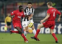 Fotball<br /> Champions League 2004/05<br /> Juventus v Liverpool<br /> 13. april 2005<br /> Foto: Digitalsport<br /> NORWAY ONLY<br />  ZLATAN IBRAHIMOVIC (JUV) / DJIMI TRAORE / SAMI HYYPIA (LIV)