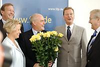 24 SEP 2001, BERLIN/GERMANY:<br /> Guenter Rexrodt, FDP, Spitzenkandidat Abgeordnetenhauswahl Berlin, Cornelia Pieper, FDP Generalsekretaerin, Rudolf Lange, FDP Spitzenkandidat Buergerschaftswahl Hamburg, Guido Westerwelle, FDP Bundesvorsitzender, Rainer Bruederle, MdB, FDP, (v.L.n.R.) mit Blumen fuer Lange vor Beginn der Sitzung des FDP Praesidiums, Thomas-Dehler-Haus<br /> IMAGE: 20010924-01-005<br /> KEYWORDS: Generalsekretärin, Günter Rexrodt, Rainer Brüderle, Präsidium