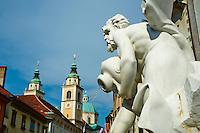 Slovénie, Ljubljana, capitale de la Slovénie, Fontaine de Robba et la cathédrale Saint Nicolas // Slovenia, Ljubljana, Robba Fountain and St Nicholas church