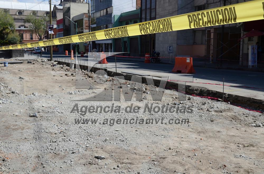 Toluca, México.- Debido a la remodelación de guarniciones e instalación del cableado subterraneo, las calles de Pedro Ascencio y Aquiles Serdan, han sido parcialmente cerradas ocasionando un incremento en el congestionamiento vial de la zona centro. Agencia MVT / Arturo Hernández S.