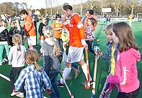BLOEMENDAAL - Hoofdklasse Hockey; Bloemendaal-Amsterdam (2-2). Bloemendaal-aanvoerder Teun de Nooijer verlaat het veld na afloop van de wedstrijd tegen Amsterdam. FOTO KOEN SUYK