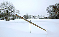 VELSEN ZUID -  Een hark in een besneeuwde bunker op Golfbaan Spaarnwoude. COPYRIGHT KOEN SUYK