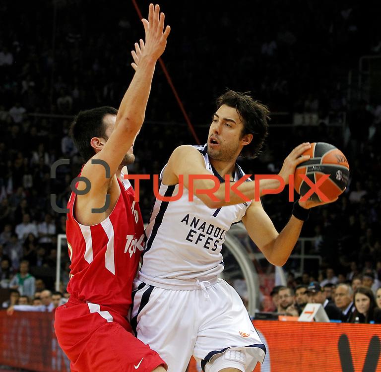 Anadolu Efes's Sasha Vujacic (R) during their Turkish Airlines Euroleague Basketball playoffs Game 4 Anadolu Efes between Olympiacos at Abdi ipekci Arena in Istanbul, Turkey, Friday, April 19, 2013. Photo by Aykut AKICI/TURKPIX