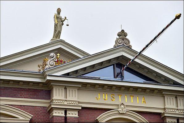 Nederland, Zutphen, 3-12-2014 Beeld van vrouwe justitia op het gebouw van de rechtbank. Foto: Flip Franssen/Hollandse Hoogte