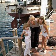 """Vakantie Miami Amerika, Diana, Anneke en Linda Janssen bij de beroemde boot de """"African Queen"""" uit de film met Humphrey Bogart in de haven van Key Largo Florida"""