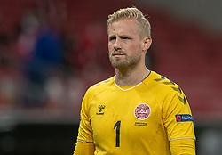 En groggy Kasper Schmeichel  (Danmark) forlader banen under kampen i Nations League mellem Danmark og Island den 15. november 2020 i Parken, København (Foto: Claus Birch).