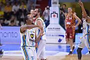 DESCRIZIONE : Cremona Lega A 2015-16 Play Off gara 1 Vanoli Cremona Umana Reyer Venezia <br /> GIOCATORE : Elston Turner<br /> CATEGORIA :  Fair Play curiosita<br /> SQUADRA : Vanoli Cremona<br /> EVENTO : Campionato Lega A 2015-2016 GARA : Vanoli Cremona vs Umana Reyer Play Off gara 1<br /> DATA : 08/05/2016 <br /> SPORT : Pallacanestro <br /> AUTORE : Agenzia Ciamillo-Castoria/I.Mancini<br /> Galleria : Lega Basket A 2015-2016 Fotonotizia : Cremona Lega A 2015-16 PlayOff Gara 1  Vanoli Cremona Umana Reyer Venezia