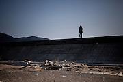 Ishinomaki  prière face à la mer  11 mars 2012 14:46.Le 11 mars 2012 à 14h46, un an après le séisme, la sirène retentit dans la ville.  Tout le japon est à larrêt pour une minute commémorative. Sur la barrière anti-tsunami, des personnes sisolent face à la mer pour un moment de recueillement