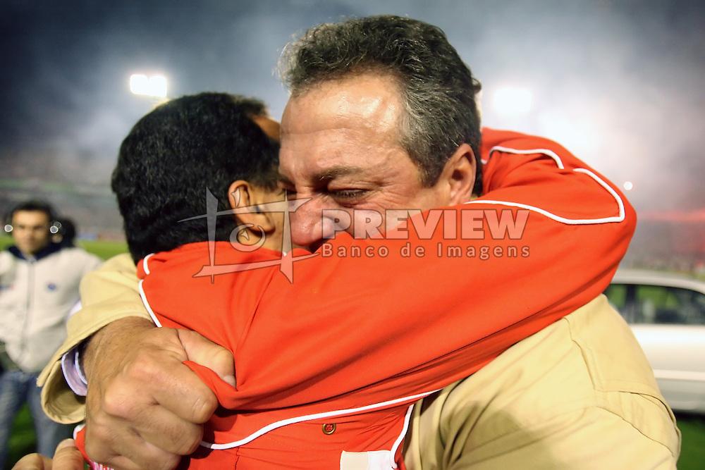 O técnico Abel Braga comemora o título da Copa Libertadores da América 2006  após a partida da final que foi realizada no Estádio Beira Rio, em Porto Alegre. FOTO: Jefferson Bernardes/Preview.com
