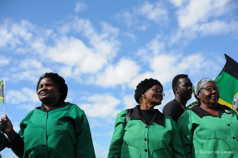 In township New Brighton vieren Zuid Afrikanen Freedom Day met traditionele dans en zang.