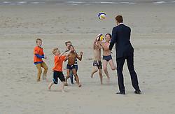 201506-16 NED: WK wedstrijdballen signeren voor de WK Beach on Tour, Scheveningen<br /> De officiële wedstrijdballen van het WK Beachvolleybal werden vandaag van een handtekening voorzien van Madelein Meppelink,  Alexander Brouwer en Marleen van Iersel. De ballen worden in de week voor de start van het toernooi op de fiets naar de vier speelsteden gebracht tijdens WK Beach on Tour, een initiatief van de Bas van de Goor Foundation en Nevobo.