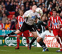 Fotball<br /> Championship England 2004/05<br /> Sheffield United v Plymouth<br /> 23. oktober 2004<br /> Foto: Digitalsport<br /> NORWAY ONLY<br /> PADDY KENNY (SHEFFIELD UNITED)<br /> RECOVERS A FUMBLE