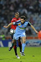 FOOTBALL - FRENCH CHAMPIONSHIP 2010/2011 - L1 - LILLE OSC v STADE BRESTOIS - 7/11/2010 - PHOTO JEAN MARIE HERVIO / DPPI - ROMAIN POYET (SB) / EMERSON (LOSC)