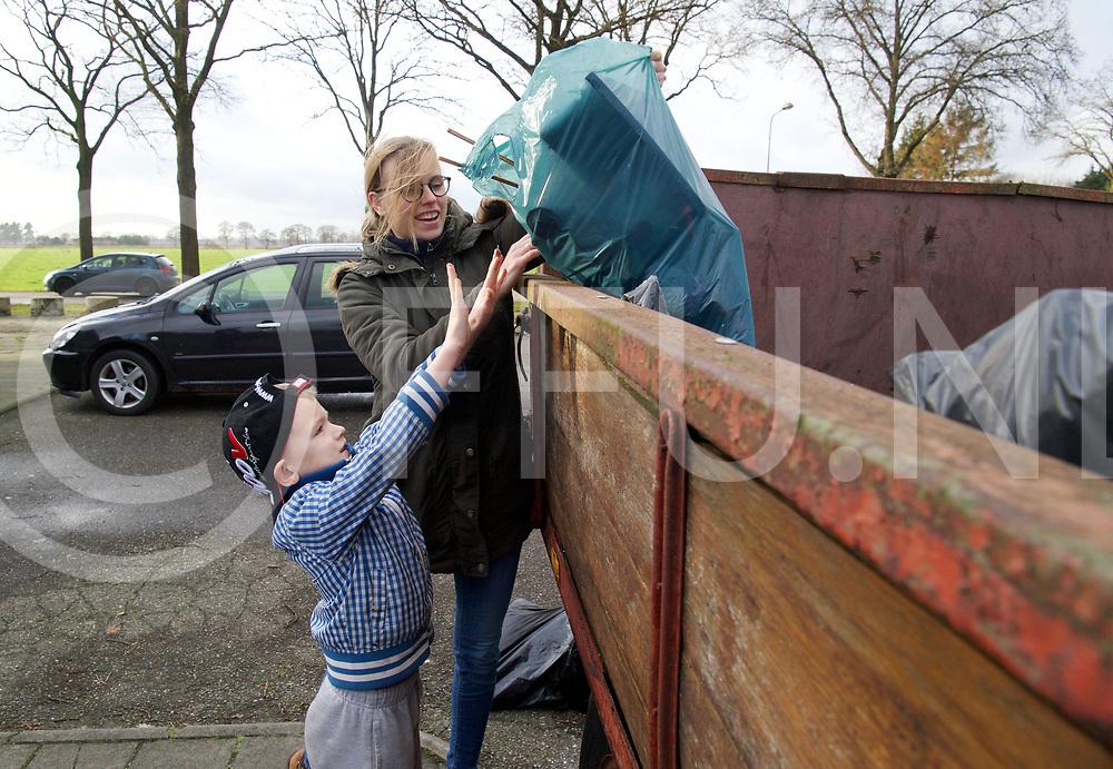 LUTTEN- Lutten schoon en leefbaar.<br /> Foto: Joe Hekman (7) gooit, met hulp van zijn moeder verzameld vuil in de container.<br /> FFU PRESS AGENCY COPYRIGHT FRANK UIJLENBROEK