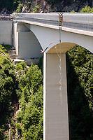 BUNGEE JUMPING DAL VIADOTTO DELLA VAL GADENA, IL PIÙ ALTO D'ITALIA (175 metri) E IL TERZO D'EUROPA, INAUGURATO NEL 1990 MISURA 282 METRI DI LUNGHEZZA, ALTOPIANO DI ASIAGO SETTE COMUNI (VI), VENETO, ITALIA