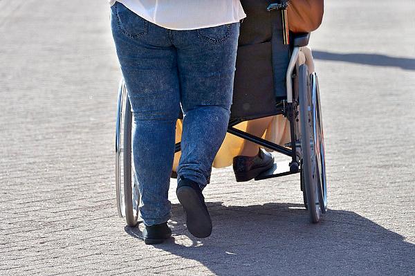 Nederland, Herveld, 7-4-2013Een verzorgende duwt een dame in een rolstoel voort.Foto: Flip Franssen