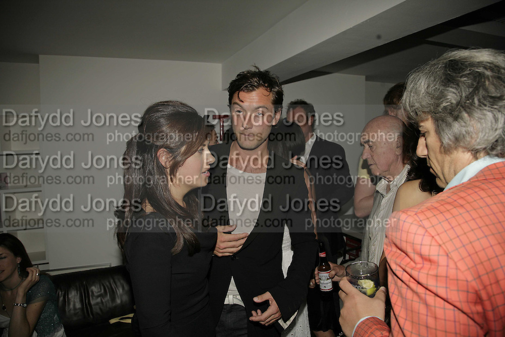 ALISON JACQUES AND JUDE LAW, Photos by Robert Mapplethorpe: Still Moving & Lady, Alison Jacques Gallery, 4 Clifford Street, London, W1, Dinner afterwards at the  The Dorchester with performance by Patti Smith, 7 September 2006.  ONE TIME USE ONLY - DO NOT ARCHIVE  © Copyright Photograph by Dafydd Jones 66 Stockwell Park Rd. London SW9 0DA Tel 020 7733 0108 www.dafjones.com
