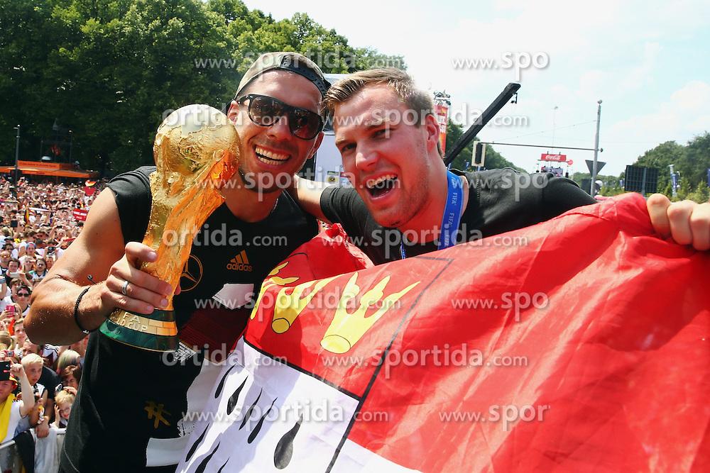15.07.2014, Brandenburger Tor, Berlin, GER, FIFA WM, Empfang der Weltmeister in Deutschland, Finale, im Bild vl. Lukas Podolski (GER) und Kevin Grosskreutz (GER) in Siegerpose // during Celebration of Team Germany for Champion of the FIFA Worldcup Brazil 2014 at the Brandenburger Tor in Berlin, Germany on 2014/07/15. EXPA Pictures © 2014, PhotoCredit: EXPA/ Eibner-Pressefoto/ Pool<br /> <br /> *****ATTENTION - OUT of GER*****