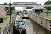 De Prinses Beatrixsluizen is een sluizencomplex in de Nederlandse gemeente Nieuwegein met twee kolken. Ze vormen, via het Lekkanaal, CEMT-klasse Vb, de scheepvaartverbinding tussen de rivier de Lek en het Amsterdam-Rijnkanaal. Ze zijn vernoemd naar de toen net geboren prinses Beatrix.<br /> <br /> Ze liggen ten oosten van Nieuwegein-Vreeswijk en zijn eigendom van Rijkswaterstaat. Jaarlijks passeren zo'n 50.000 schepen deze sluizen.