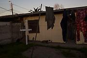 Una cruz colgada en el patio de una casa del sector de La Greda. Chile, foto tomada el 3 de septiembre de 2018.