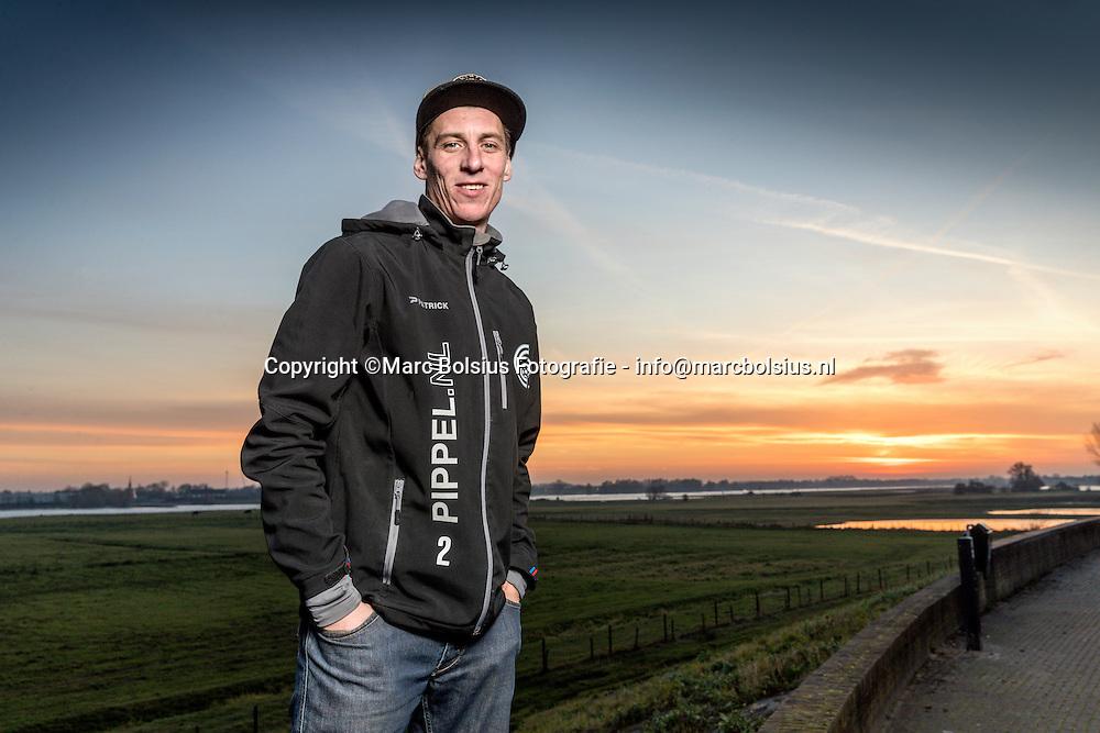 Nederland,  Tuil. voetbalspeler van Haaften Jeffrey Verwolf op de dijk bij de brug van Zaltbommel.