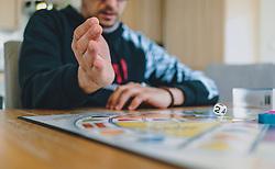 18.03.2020, Kaprun, AUT, tägliches Leben mit dem Coronavirus, im Bild eine Familie spielt ein Brettspiel. Ein Mann würfelt. Für ganz Österreich wurde eine Ausgangsbeschränkung der Bundesregierung ausgesprochen // a family playing a board game. A man throws dice. The Austrian government is pursuing aggressive measures in an effort to slow the ongoing spread of the coronavirus, Kaprun, Austria on 2020/03/18. EXPA Pictures © 2020, PhotoCredit: EXPA/ Stefanie Oberhauser