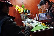 Un minero acude a un comprador de oro. En Rinconada la mineria es informal, no reciben un salario fijo.