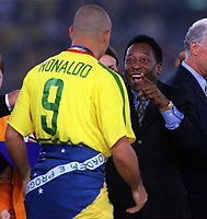 Fotball<br /> Foto: Colorsport/Digitalsport<br /> NORWAY ONLY<br /> <br /> Pele greets Brazil's Goalscorer Ronaldo on the podium. Brazil v Germany. The World Cup Final. Yokohama, Japan, 30/6/02.