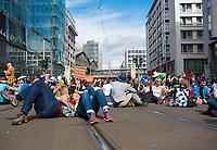 """DEU, Deutschland, Germany, Berlin, 29.08.2020: Demonstration von Gegnern der Corona-Maßnahmen. Hier sitzen die Menschen auf der Friedrichstrasse. Kaum jemand hielt sich an die Auflagen, Mund-Nase-Bedeckung trug fast niemand, Abstandsregeln wurden nicht eingehalten. Die Initiative """"Querdenken"""" hatte zu den Protesten gegen die Corona-Maßnahmen der Regierung aufgerufen."""