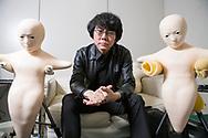 """Professor Hiroshi Ishiguro bredvid två robotar som kallas """"Telenoid"""". Osaka University, Japan<br /> <br /> Professor Hiroshi Ishiguro. Osaka University, Japan<br /> <br /> Fotograf: Christina Sjögren<br /> Copyright 2018, All Rights Reserved"""