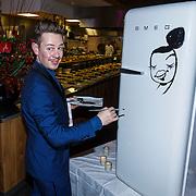 NLD/Amsterdam/20131101 - JFK Gala 2013, the Greatest Man 2013, Selwyn Senatori beschildert een SMEG koelkast