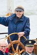 In Lelystad neemt prinses Beatrix met haar privejacht de Groene Draeck een vlootschouw af. Een grote vloot van historische schepen die een relatie hebben met de geschiedenis van de Zuiderzee, de inpoldering en het huidige IJsselmeer had zich bij de Bataviahaven verzameld. De prinses woonde de viering bij van 100 jaar Zuiderzeewet.<br /> <br /> In Princess Lelystad Princess Beatrix takes a fleet review with her private yacht De Groene Draeck. A large fleet of historic ships that have a relation with the history of the Zuiderzee, the impoldering and the current IJsselmeer had gathered at the Bataviahaven. The princess attended the celebration of 100 years of Zuiderzee law.