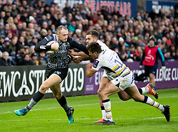 Cory Allen of Ospreys under pressure from Dean Hammond of Worcester Warriors<br /> <br /> Photographer Simon King/Replay Images<br /> <br /> European Rugby Challenge Cup Round 5 - Ospreys v Worcester Warriors - Saturday 12th January 2019 - Liberty Stadium - Swansea<br /> <br /> World Copyright © Replay Images . All rights reserved. info@replayimages.co.uk - http://replayimages.co.uk