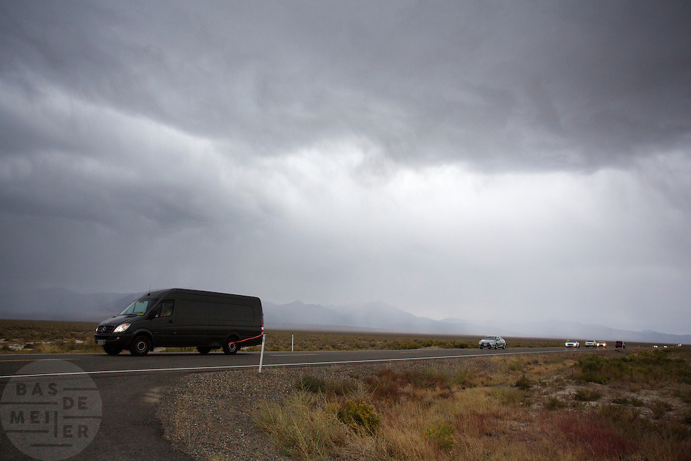 Teams keren onverrichte zaken terug nadat de races zijn afgelast vanwege regen. In Battle Mountain (Nevada) wordt ieder jaar de World Human Powered Speed Challenge gehouden. Tijdens deze wedstrijd wordt geprobeerd zo hard mogelijk te fietsen op pure menskracht. Ze halen snelheden tot 133 km/h. De deelnemers bestaan zowel uit teams van universiteiten als uit hobbyisten. Met de gestroomlijnde fietsen willen ze laten zien wat mogelijk is met menskracht. De speciale ligfietsen kunnen gezien worden als de Formule 1 van het fietsen. De kennis die wordt opgedaan wordt ook gebruikt om duurzaam vervoer verder te ontwikkelen.<br /> <br /> In Battle Mountain (Nevada) each year the World Human Powered Speed Challenge is held. During this race they try to ride on pure manpower as hard as possible. Speeds up to 133 km/h are reached. The participants consist of both teams from universities and from hobbyists. With the sleek bikes they want to show what is possible with human power. The special recumbent bicycles can be seen as the Formula 1 of the bicycle. The knowledge gained is also used to develop sustainable transport.