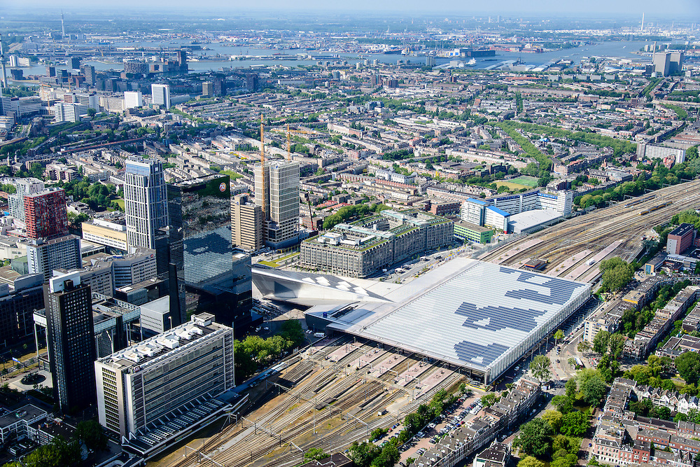 Nederland, Zuid-Holland, Rotterdam, 10-06-2015; dak, perron en sporen van het gerenoveerde en volkomen vernieuwde station van Rottterdam, Rotterdam CS. Achter het station het Groothandelsgebouw. Voorgrond Provenierswijk. Het spoorwegstation, bijnaam De Kapsalon is ontworpen door Benthem Crouwel Architekten.   <br /> The roof of the completely renovated railway station Rottterdam, Rotterdam Central (Benthem Crouwel architects) and is nicknamed The Hair Salon. <br /> luchtfoto (toeslag op standard tarieven);<br /> aerial photo (additional fee required);<br /> copyright foto/photo Siebe Swart