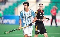 NEW DELHI - Argentijnse captain Lucas Rey met John John Dohmen ® van Belgie   tijdens de  poulewedstrijd in de finaleronde van de Hockey World League tussen de mannen van Argentinie en Belgie. Foto  KOEN SUYK