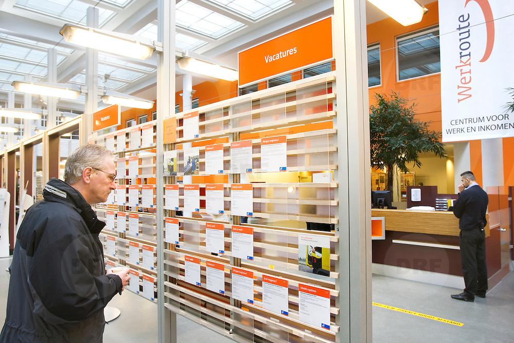 Nederland Rotterdam 26-03-2009 20090326 Foto: David Rozing ..Serie UWV, 2 allochtone vrouwen bekijken vacatures. UWV Werkbedrijf lokatie Schiekade centrum Rotterdam, de vroegere arbeidsbureaus ( CWI UWV ) De werkloosheid in Nederland begint op te lopen. Dat blijkt uit de jongste cijfers die het Centraal Bureau voor de Statistiek (CBS) de oorzaak is de krediet crisis Holland, The Netherlands, dutch, Pays Bas, Europe,  , allochtoon, allochtone, vrouw, meid, jonge, jonge,  allochtonen, , economische, financien, financiele, krimp, krimpen, nederlandse, economy ..Foto: David Rozing