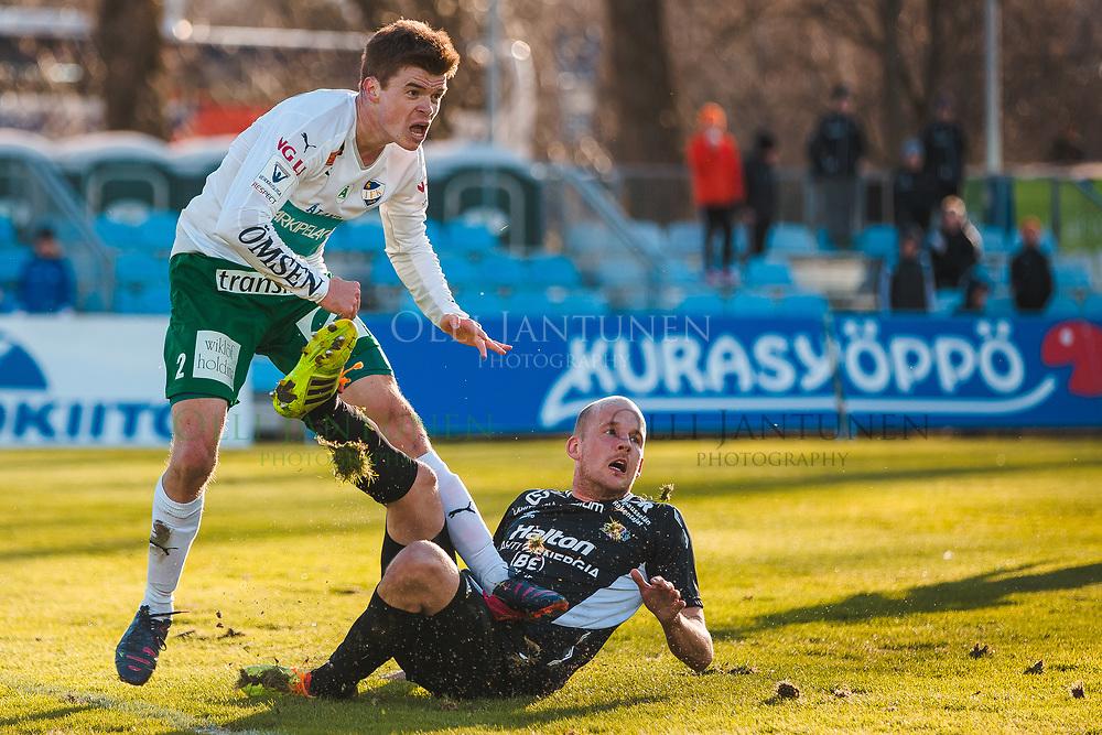Albin Granlund (vas.) ja Petri Pasanen (oik.) kamppailevat Veikkausliigan ottelussa FC Lahti-IFK Mariehamn. Kisapuisto, Lahti, Suomi. 23.4.2015.