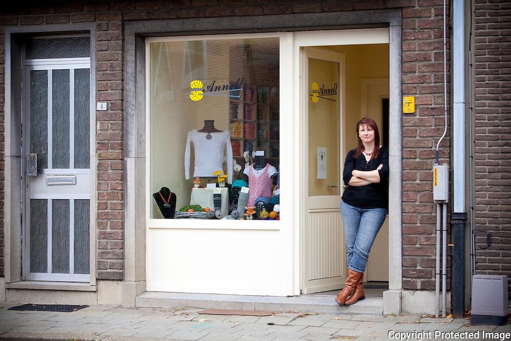 364337-Peggy Goyvaerts, uitbaatster van het kleinste winkeltje in Itegem, De Sloeberkes-Sint-Guibertusplein 3 Itegem