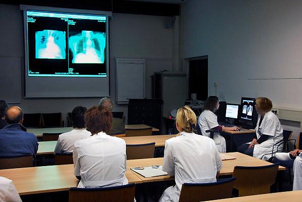 Nederland, Nijmegen, 20-11-2006..Artsen,specialisten,co-assistenten tijdens een patiëntenbespreking van de afdeling longziekten in het UMC Radboud. ..Foto: Flip Franssen