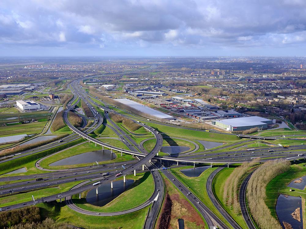 Nederland, Zuid-Holland, Gemeente Ridderkerk, 25-02-2020; Knooppunt Ridderkerk, verkeersknooppunt A15 en A16, bijgenaamd 'Ridderster'. Foto richting (Europoort, A15. Klaverblad met opritten, afritten en fly-overs. De waterpartijen zijn kunstmatige aangelegd en zorgen voor bluswater ingeval van calamiteiten.<br /> Ridderkerk junction, junction A15 / A16, nicknamed 'Ridder star'. Cloverleaf type junction, with ramps, exit ramps and flyovers. The ponds are man-made, the water can be used for firefighting in case of emergencies.<br /> luchtfoto (toeslag op standard tarieven);<br /> aerial photo (additional fee required)<br /> copyright © 2020 foto/photo Siebe Swart