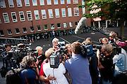 Nina Storms staat de pers ter woord. Eric Smit en Nina Storms zijn bij de rechtbank in Utrecht  voor een kort geding over de royalties die Smit krijgt voor zijn boek over Storms. De twee zijn verwikkeld in een langdurig conflict. Storms is het niet eens met de biografie die Smit heeft geschreven en doet er alles aan om het de journalist zo moeilijk mogelijk te maken.