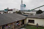 Saionara, vecina de la fábrica. Tiene mucha dificuldad para dormir debido al ruido industrial.