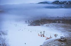THEMENBILD - Blick auf die Ski Piste am Lechnerberg und Kaprun mit Wintersport Touristen, aufgenommen am 23. Dezember 2018 in Kaprun, Oesterreich // View of the ski slopes at Lechnerberg and Kaprun with winter sports tourists, Kaprun, Austria on 2018/12/23. EXPA Pictures © 2018, PhotoCredit: EXPA/ JFK